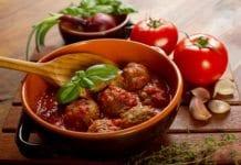 Przepis na mięsne kulki z sosem z pomidorów