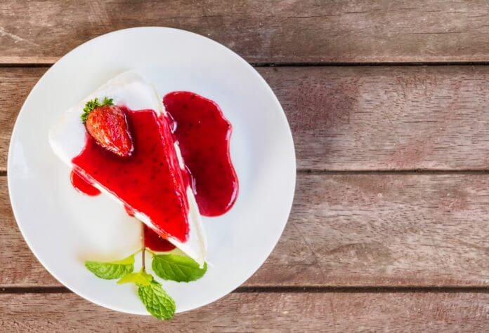 Ciasto z mascarpone i polewą truskawkową