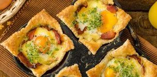 Ciasto francuskie z jajkiem i szynką