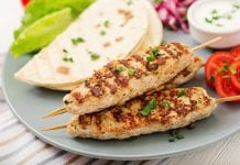 Przepis na kebab z mięsa mielonego na patyku