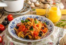 Makaron z pomidorkami, oliwkami i bazylią