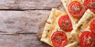Ciasto francuskie z serem i pomidorami