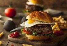 Amerykański burger z sadzonym jajem