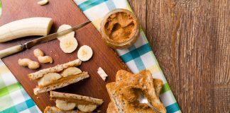 Domowy chleb tostowy z masłem orzechowym i bananem
