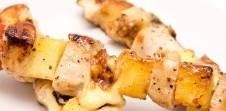 Szaszłyki z ananasem boczkiem i kurczakiem